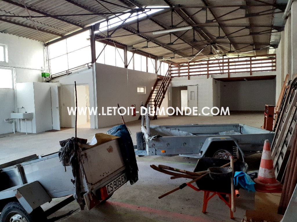 Ensemble immobilier avec un hangar, parking et terrain constructible 3/5